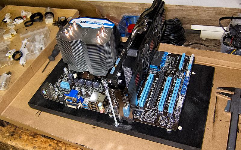 Brett mit Computer inkl. Gewindestange für Grafikkarte / Wood with computer incl. threaded rod for graphics card
