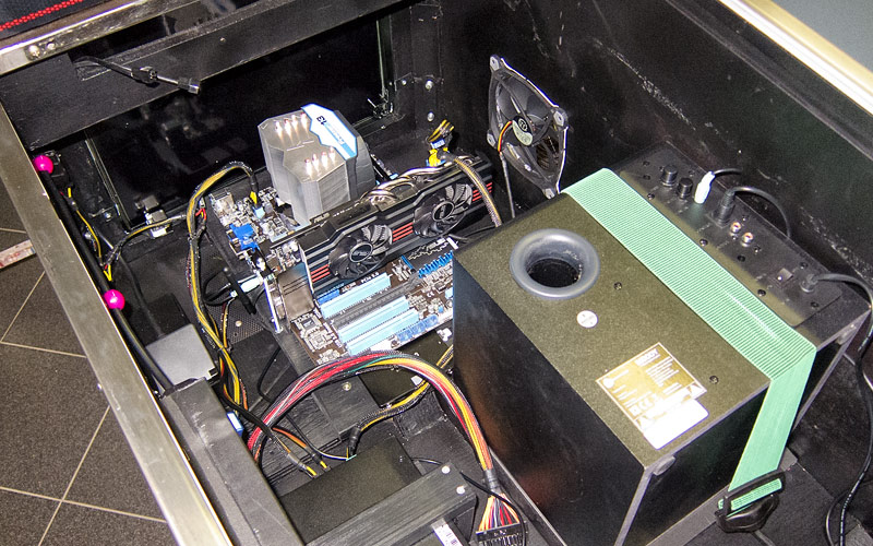 Zusammenbau Mainboard, Netzteil und Subwoofer / Mounting of mainboard, power supply and subwoofer