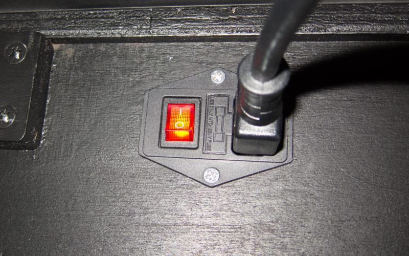 Stromanschluss unten / Power connection (bottom)